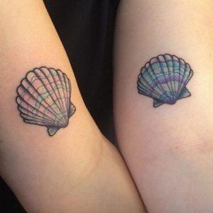 τατουαζ με κοχυλια στα χερια