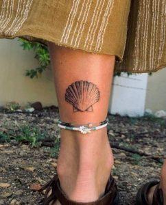 τατουαζ με μεγαλο κοχυλι ποδι