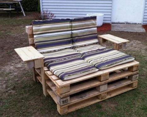 παγκάκι ξαπλώστρα αυτοσχέδιο από ξύλινη παλέτα