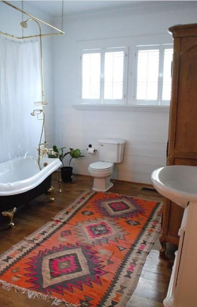 πολύχρωμο πατάκι μπάνιου