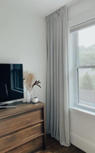 ψηλές κουρτίνες παράθυρο χαμηλοτάβανο σπίτι