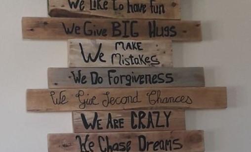έξυπνες φράσεις σε διακοσμητικό τοίχου από ξύλινες παλέτες διακόσμηση