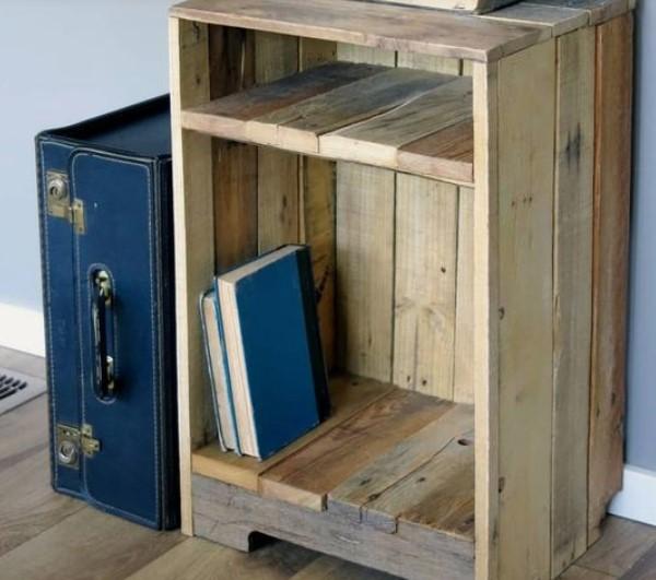 κομοδίνο από ξύλινες παλέτες