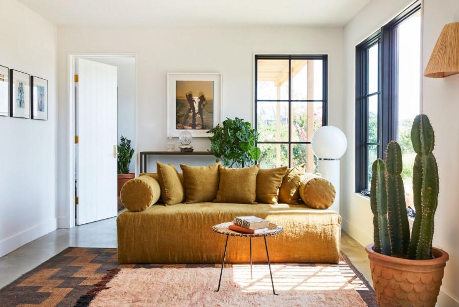 σαλόνι κίτρινος καναπές φυτά χαμηλοτάβανο σπίτι