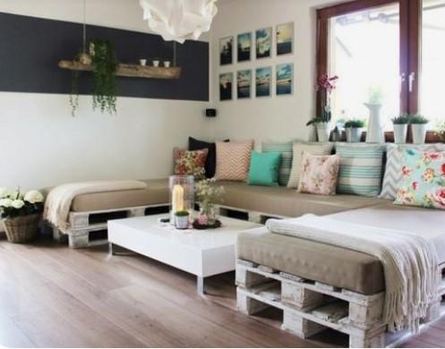 σαλόνι διακόσμηση με ξύλινες παλέτες