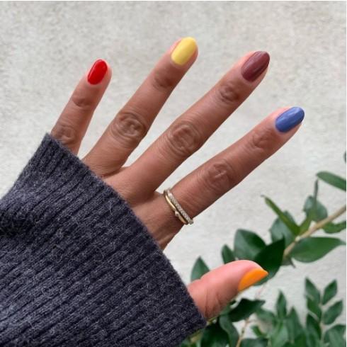 χρωματιστά χέρι μανικιούρ