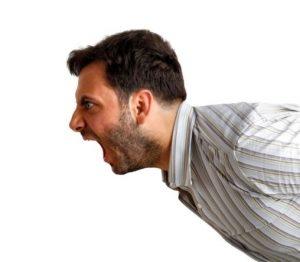εκνευρισμένος άντρας επιτίθεται για να κρύψει ψέματα