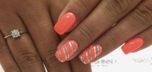 κοραλί νύχια ρίγες με στρας