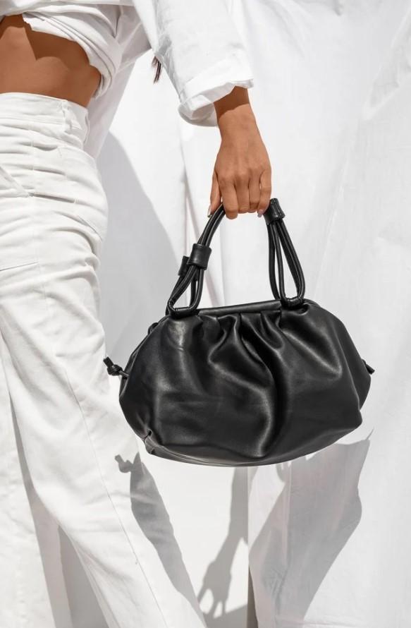 μαύρη τσάντα με σούρες