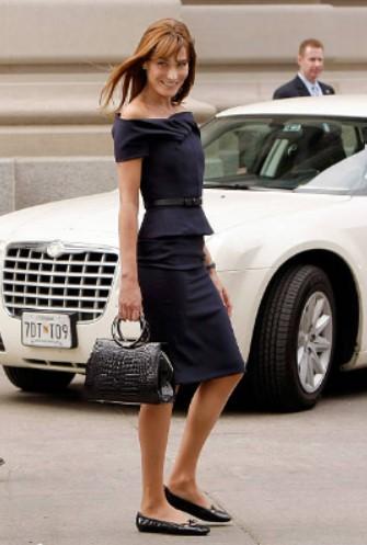 φόρεμα ως το γόνατο ρούχα που κολακεύουν 50 και γυναίκες