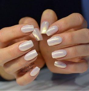 μονόχρωμα ασημί νύχια