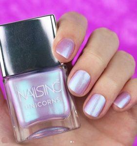 μοβ λαμπερό χρώμα νυχιών