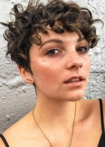 pixie κούρεμα για σγουρά μαλλιά