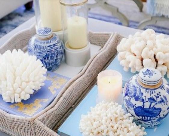 πλεκτό καλάθι με κεριά και διακοσμητικά