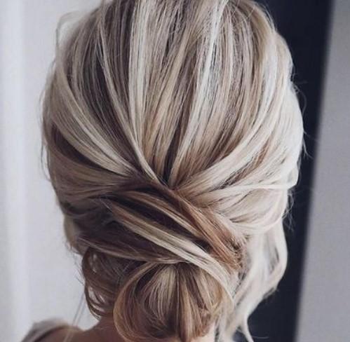 μαλλιά για καλεσμένη σε γάμο κότσο χαμηλά
