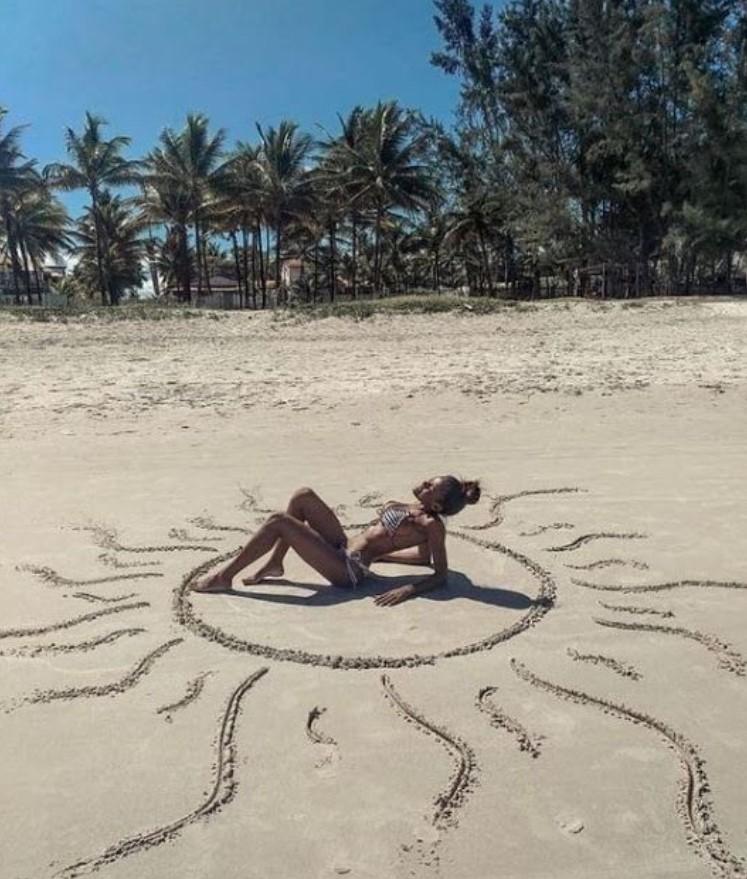 φωτογραφία με κοπέλα στη παραλία