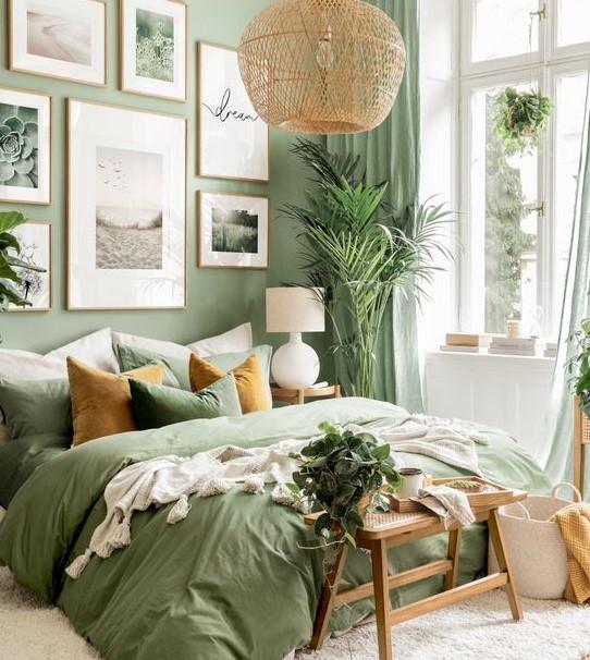gallery wall πράσινο χρώμα διακοσμήσεις τοίχους κρεβατοκάμαρας
