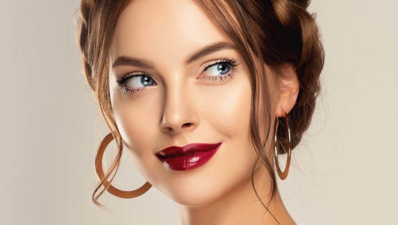 γυναίκα που φοράει λαμπερό lip gloss