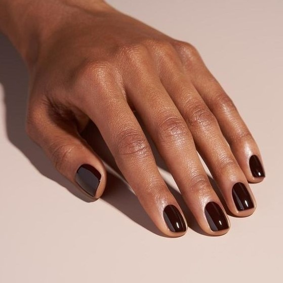 καφέ νύχια φθινοπωρινά μανικιούρ κοντά νύχια