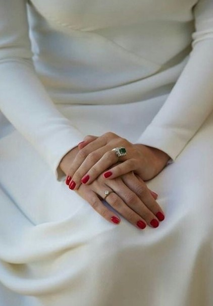 κόκκινα νύχια δαχτυλίδι