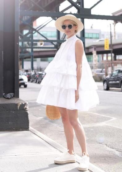 λευκό φόρεμα βολάν sneakers