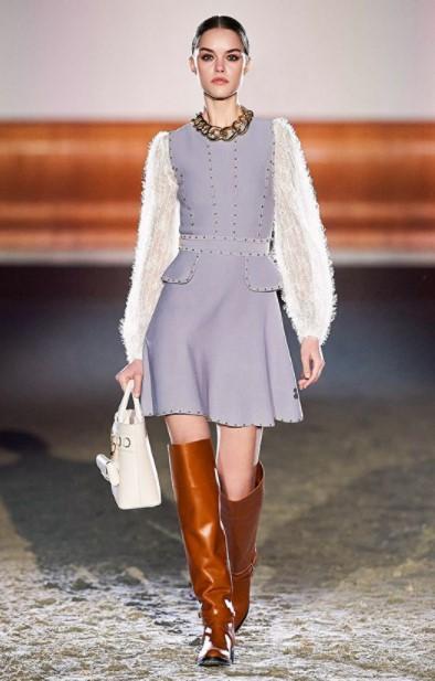 μίνι γκρι φόρεμα καφέ μπότες