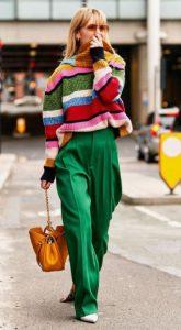 πράσινη παντελόνα με πολύχρωμο πουλόβερ
