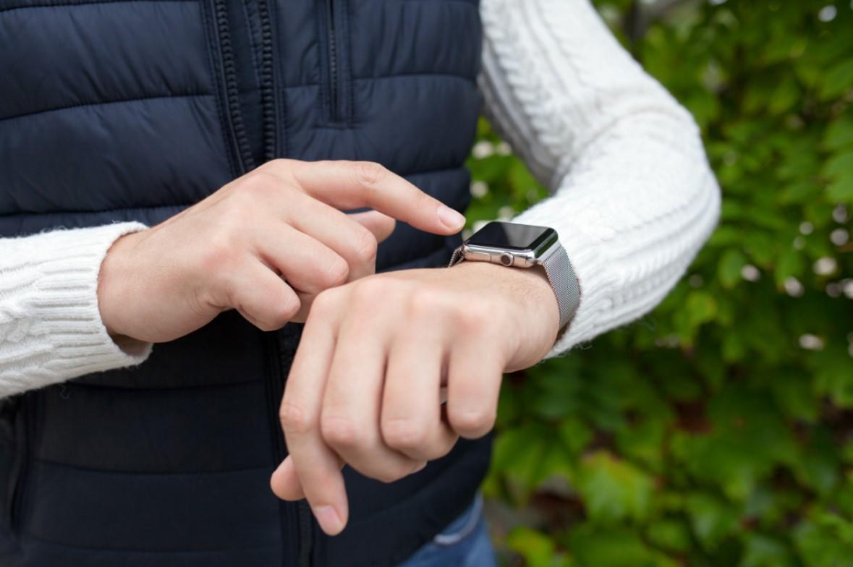άνδρας με apple watch