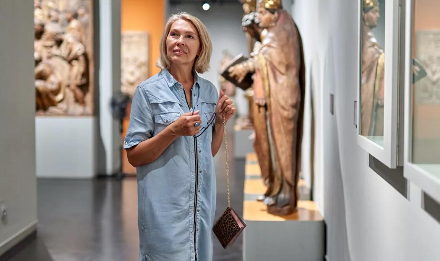 γυναίκα σε μουσείο
