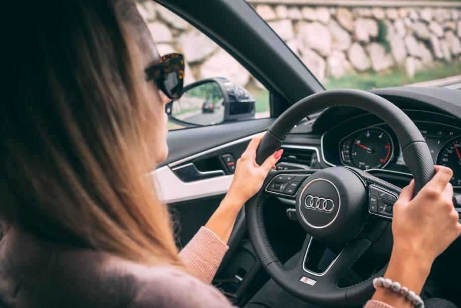 γυναίκα οδηγεί καλύτερη οδηγός