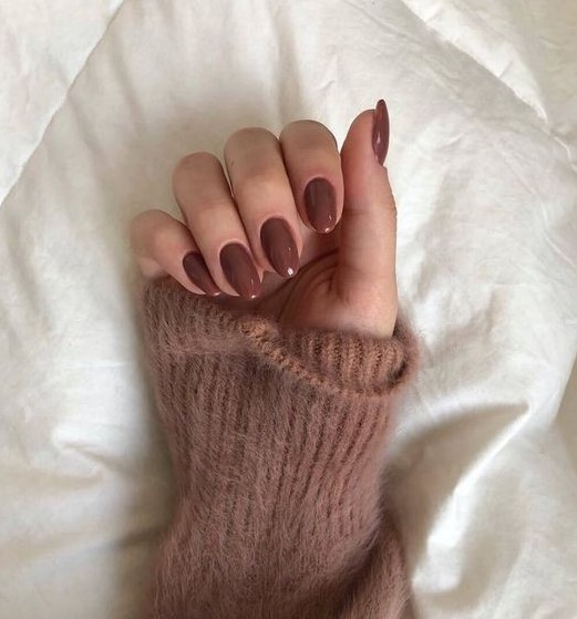 καφέ οβάλ νύχια