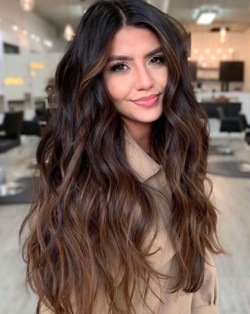 καστανό balayage μακριά μαλλιά