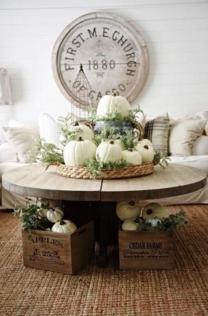 κολοκύθες δίσκος τραπέζι φθινοπωρινή διακόσμηση τραπεζάκι σαλονιού