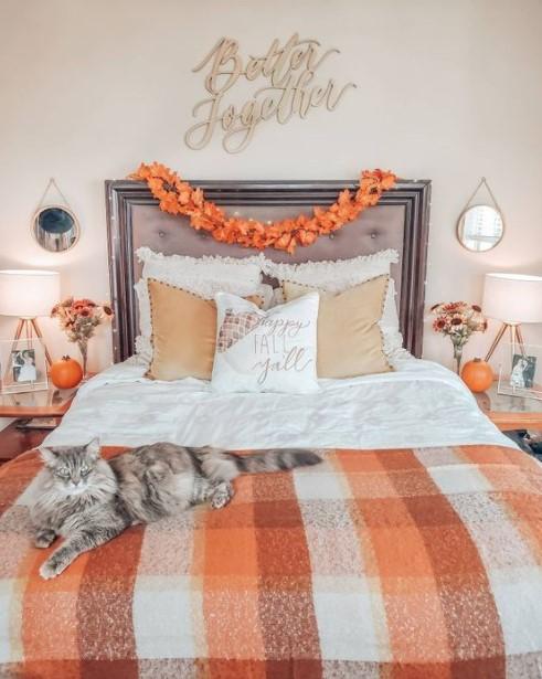 κρεβάτι γιρλάντα φύλλα φθινοπωρινή διακόσμηση κρεβατοκάμαρας