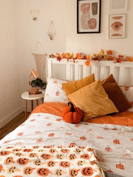 κρεβάτι πορτοκαλί μαξιλάρια φύλλα