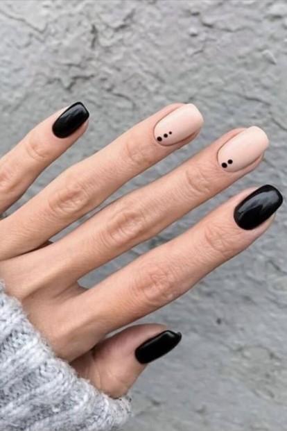 μαύρα νύχια μπεζ πουά νύχια χειμώνα 2022