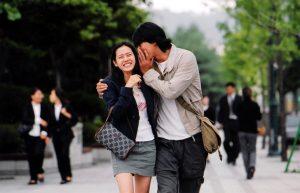 χαρούμενο ζευγάρι περπατάει αγκαλιά