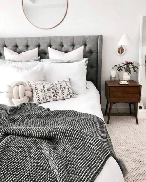 κρεβάτι πολλά μαξιλάρια