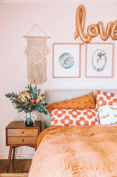 κρεβάτι πολύχρωμα μαξιλάρια διακοσμητικά υπνοδωμάτιο
